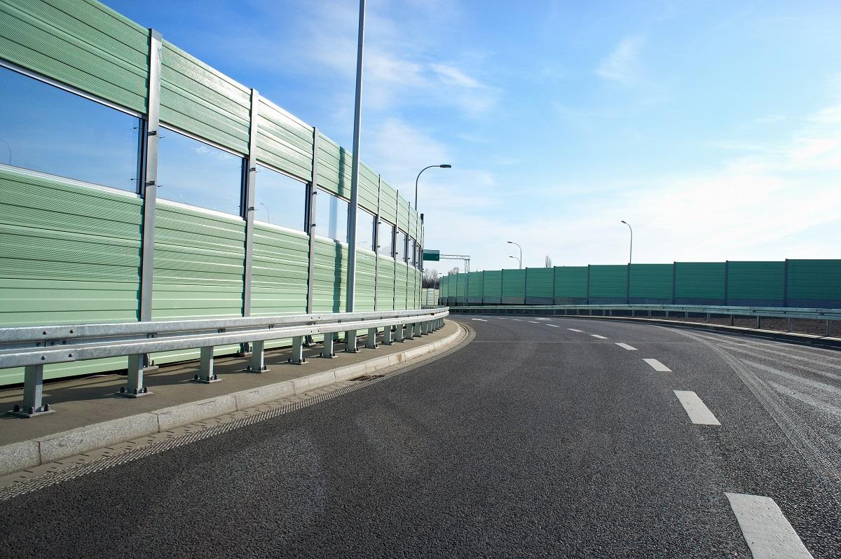 Drogowe bariery ochronne zamontowane przy krawędzi jezdni.