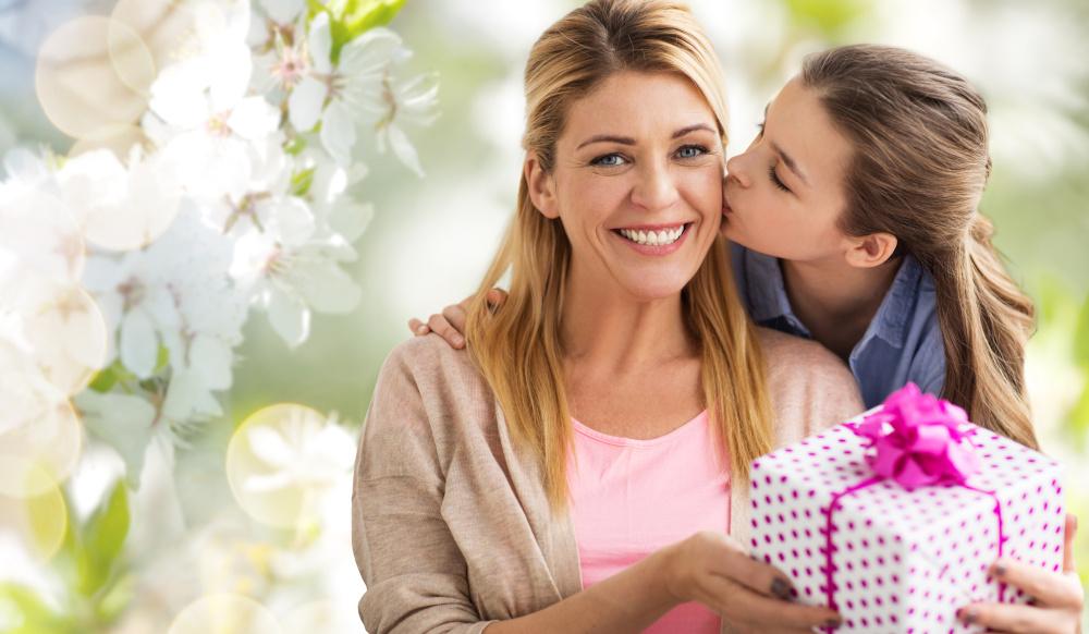 corka wreczajaca prezent mamie