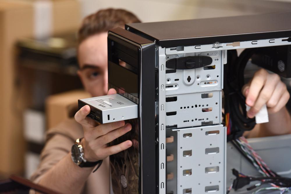 informatyk skaladajacy komputer