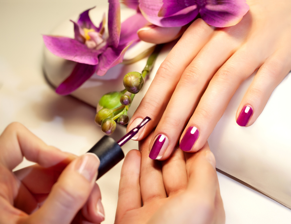 manicure paznokcie w rozowym kolorze