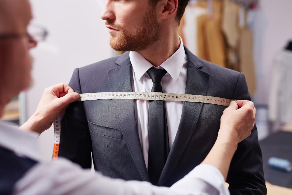 krawiec wykonujacy pomiary garnituru