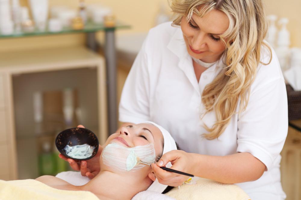 uslugi kosmetyczne wykonywane klientce przez kosmetyczke