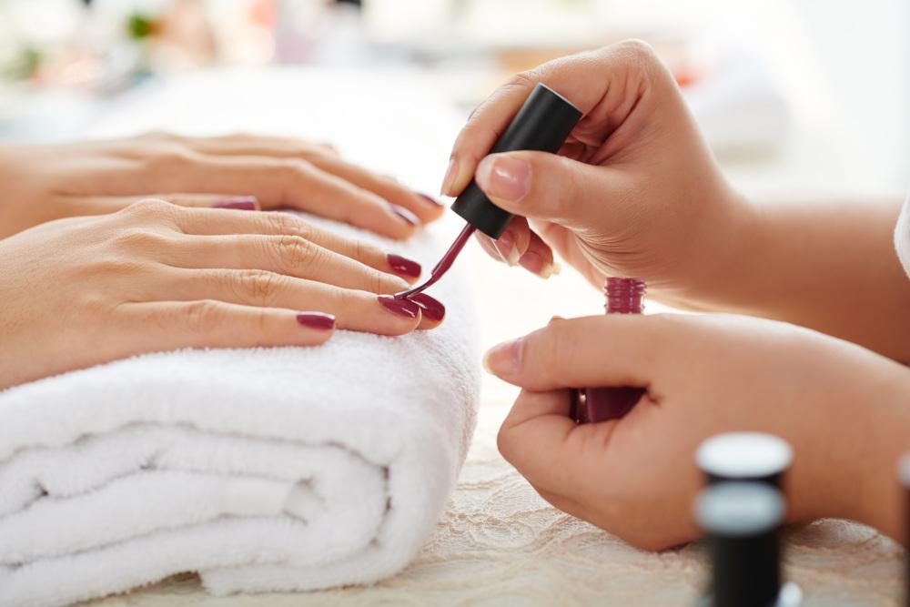 malowanie paznokci czerwonym lakierem
