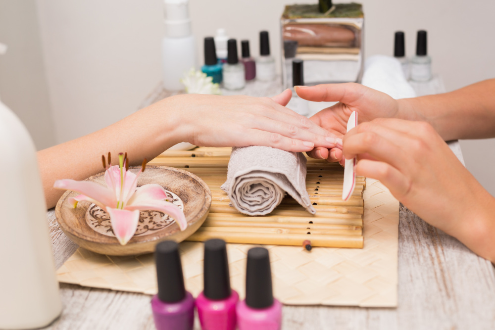 piłowanie paznokci pilnikiem w salonie kosmetycznym