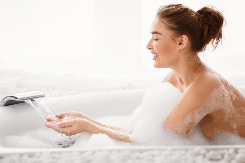 kobieta kąpiąca się we wannie